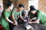 Đức Huệ: Đến nhà làm giấy chứng minh nhân dân cho người già