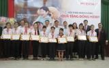Tặng học bổng cho học sinh nghèo hiếu học