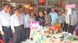 Phó Chủ tịch nước Đặng Thị Ngọc Thịnh thăm, tặng quà gia đình chính sách tại huyện Đức Hòa