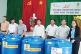 Tặng 113 bồn chứa nước cho công nhân, viên chức, lao động bị ảnh hưởng xâm nhập mặn