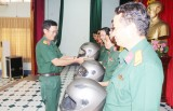 Bộ Chỉ huy Quân sự tỉnh Long An trao tặng 1.263 nón bảo hiểm