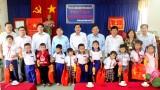 Phó Bí thư Thường trực Tỉnh ủy tặng quà Trung thu cho trẻ em khó khăn