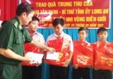 Trao quà trung thu của Bí thư Tỉnh ủy - Phạm Văn Rạnh cho thiếu nhi vùng biên giới