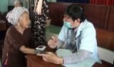 Đức Hòa: Khám bệnh, phát thuốc miễn phí, tặng quà cho 350 người
