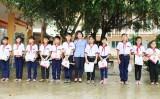 Tặng quà trung thu cho học sinh vùng sâu