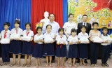 Chi đoàn cơ sở Báo Long An tặng quà trung thu cho học sinh nghèo vùng sâu
