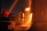 Xưởng ván ép bất ngờ bốc cháy dữ dội trong đêm