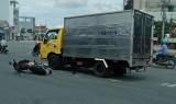 Một người bị thương sau khi va quẹt liên tiếp vào hai xe tải