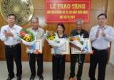 Tân Trụ, Cần Giuộc, Thủ Thừa: Trao huy hiệu cao tuổi Đảng