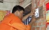 Kiến Tường: Sửa chữa điện miễn phí và tặng quà cho người nghèo