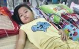 Đôi vợ chồng nghèo cùng con chống chọi bệnh ung thư máu