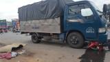Xe tải cuốn xe máy vào gầm kéo lê hàng chục mét