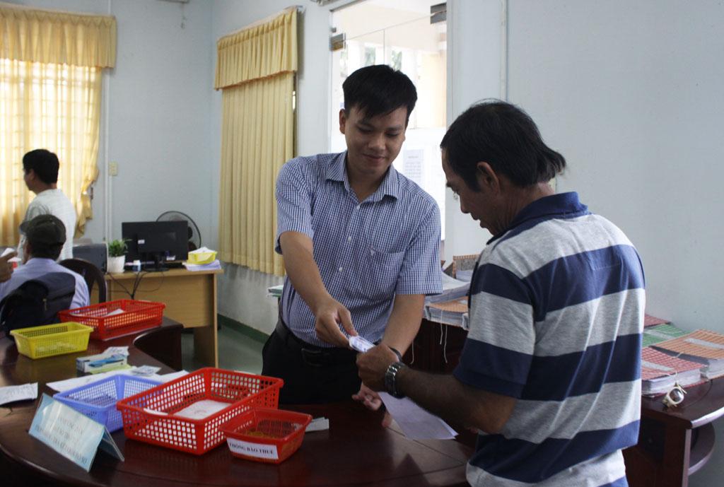 Trung tâm Hành chính công của 3 huyện Cần Đước, Cần Giuộc và Đức Hòa chính thức vận hành trong năm 2017 và đem lại hiệu quả tích cực (Trong hình: Người dân đến làm việc tại Trung tâm Hành chính công huyện Đức Hòa)