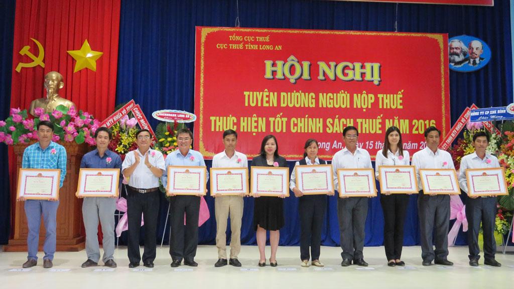 Phó Bí thư Thường trực Tỉnh ủy - Đỗ Hữu Lâm khen thưởng doanh nghiệp, cá nhân tiêu biểu hoàn thành xuất sắc nghĩa vụ nộp thuế năm 2016