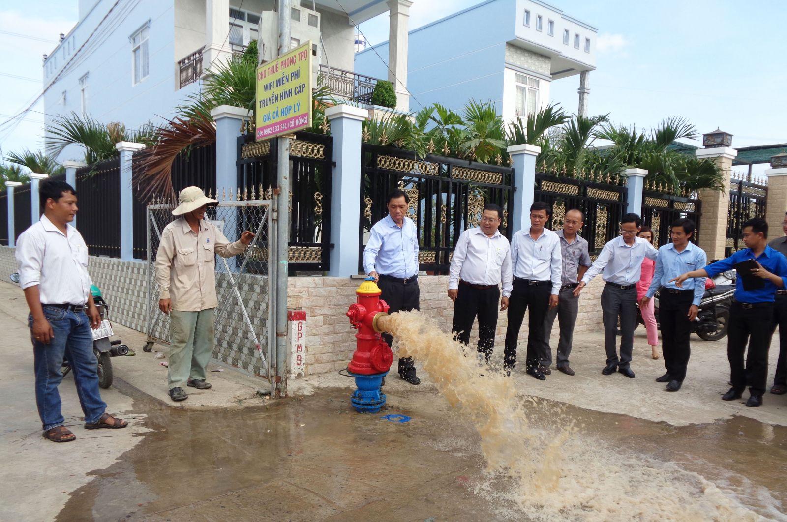 Nước sạch đạt quy chuẩn của Bộ Y tế từ các dự án cấp nước cho gần 2.000 hộ dân các xã vùng hạ của tỉnh