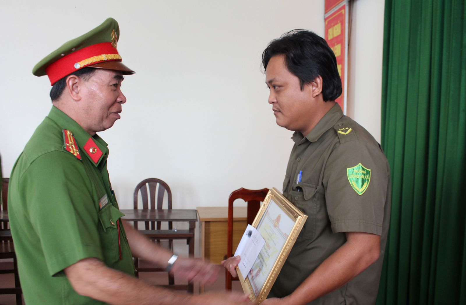 Thượng tá Nguyễn Văn Châu- Phó trưởng Công an huyện Châu Thành trao giấy khen cho Công an xã Thanh Phú Long