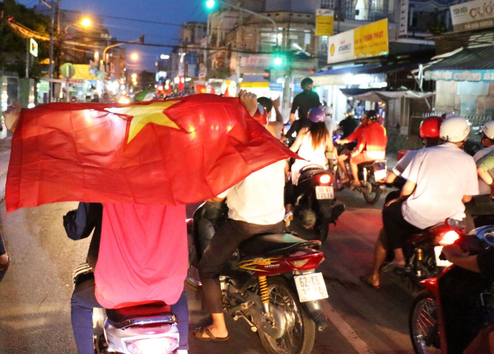 Hình hảnh cờ đỏ sao vàng tung bay trên các tuyến phố tại TP. Tân An ngay sau chiến thắng của đội tuyển U23 Việt Nam