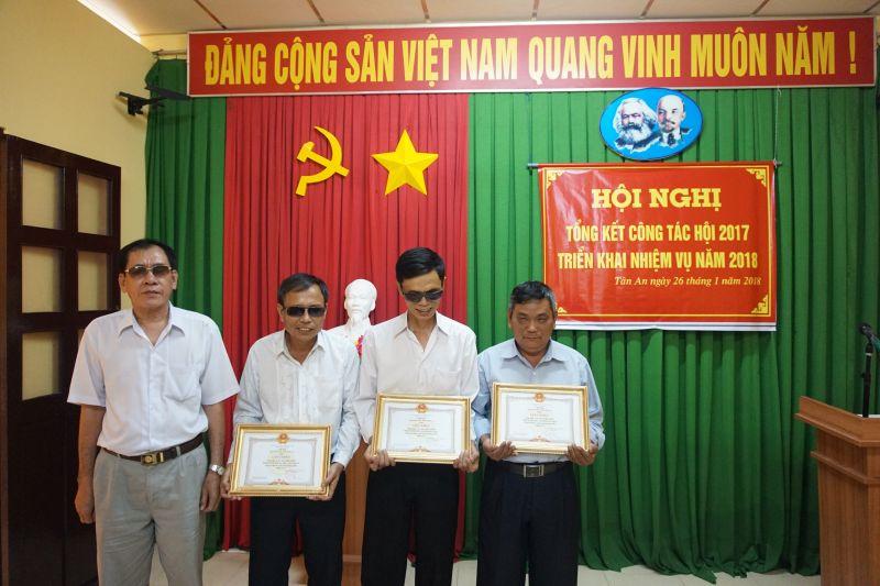 Chủ tịch BCH Hội người mù Long An-Trịnh Văn Đực tặng giấy khen cho 03 đơn vị có thành tích xuất sắc năm 2017.