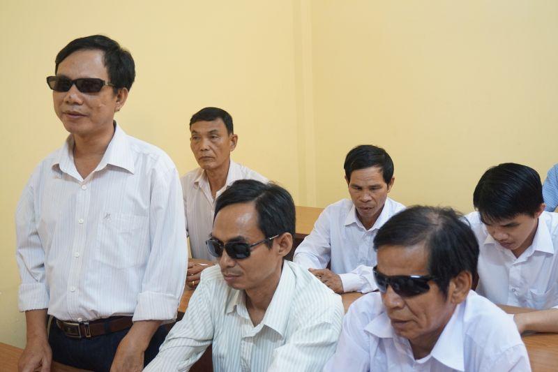 Đại diện Hội người mù huyện Vĩnh Hưng phát biểu ý kiến.