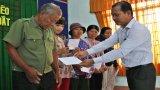Tặng quà tết cho gia đình khó khăn ở huyện Tân Trụ