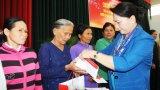 Chủ tịch Quốc hội tặng quà gia đình chính sách