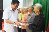 Chủ tịch UBND tỉnh - Trần Văn Cần tặng quà tết cho người nghèo