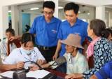Báo Long An, BVĐKLA tặng quà, khám bệnh, phát thuốc cho người nghèo