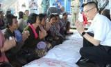 Trao quà của Thủ tướng Nguyễn Xuân Phúc cho hộ nghèo ở Campuchia