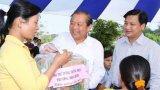 Cần Đước: Phó Thủ tướng Thường trực Chính phủ - Trương Hòa Bình tặng quà công nhân