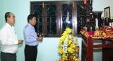 Chủ tịch UBND tỉnh - Trần Văn Cần viếng cố Giáo sư Trần Văn Giàu