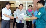 Tặng quà Tết cho người nghèo xã Thuận Bình