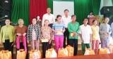 Chủ tịch Quốc hội tặng quà cho gia đình chính sách, hộ nghèo
