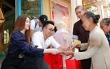 Nhóm Gala Nhạc Việt tặng quà người nghèo ở Thủ Thừa