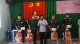 Chủ tịch UBND tỉnh – Trần Văn Cần chúc Tết các lực lượng làm nhiệm vụ trên tuyến biên giới Đức Huệ