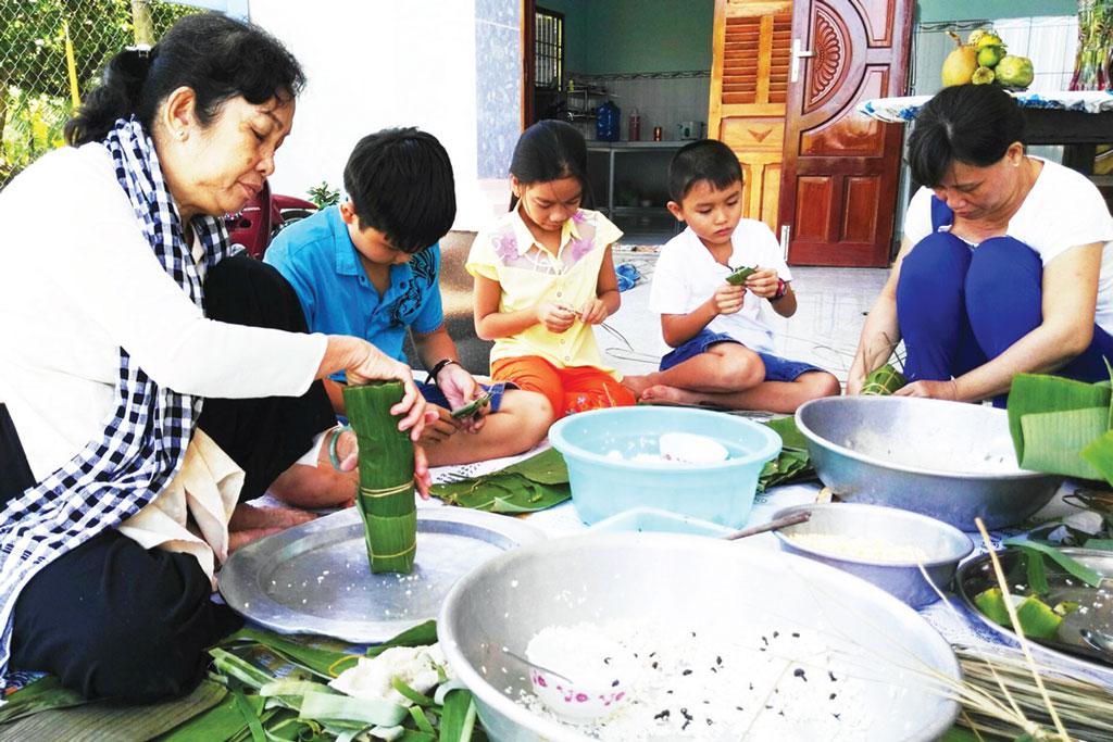 Với mỗi gia đình Việt Nam, ngày tết không thể thiếu bánh chưng, bánh tét. Vì vậy, tết đến, nhà nhà tất bật chuẩn bị lá chuối, lá dong, đậu, nếp, thịt để gói bánh dâng cúng ông bà và tặng nhau
