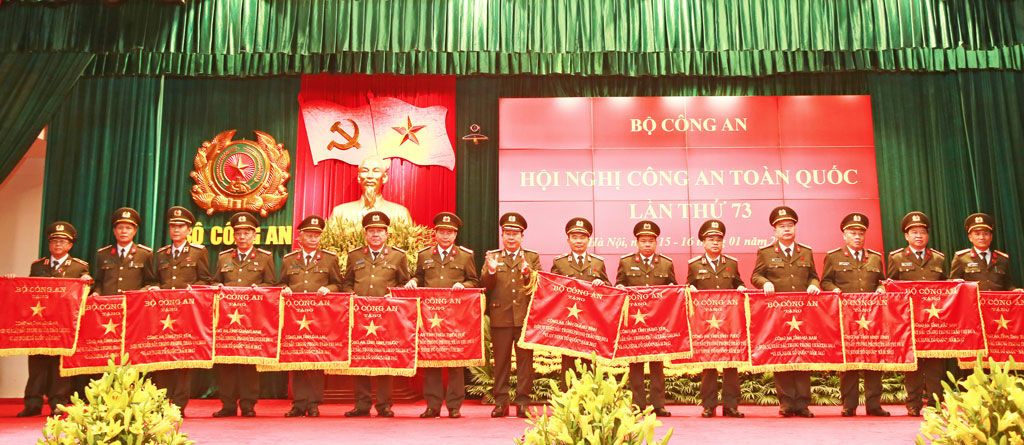 Brigadier general Phan Chi Thanh, director of Long An province Police Department, received the Excellent Emulation Flag from the Ministry of Public Security at the 73th national police conference