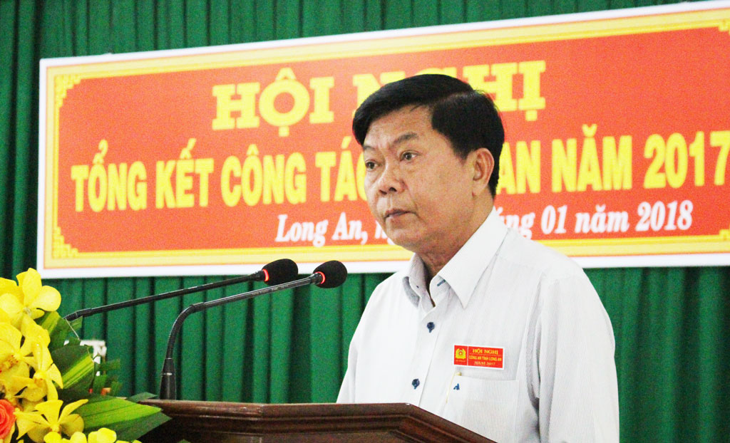 Chairman of the provincial People's Committee Tran Van Can delivers a speech at the conference