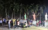 Sau thời khắc giao thừa, người dân đổ về chùa xin lộc đầu năm