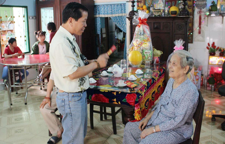 Sau bao năm xa xứ, ông Dương Minh Quang vẫn khát khao hương vị quê nhà, muốn được về bên vòng tay gia đình, khoanh tay mừng tuổi mẹ