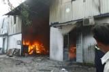 Cháy lớn bao trùm hơn 1.000m2 công ty gỗ ở Bình Dương