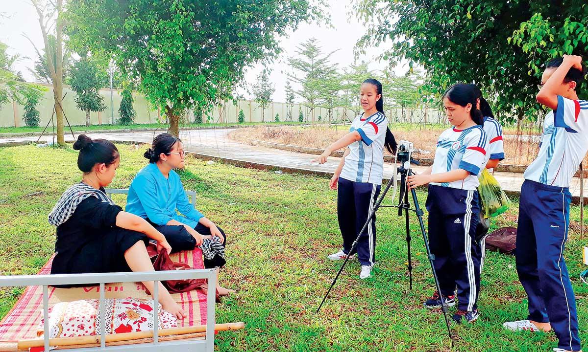 Tham gia làm phim, từng thành viên được phân công nhiệm vụ cụ thể