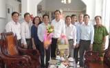 Bí thư Huyện ủy Cần Giuộc thăm cán bộ y tế nghỉ hưu