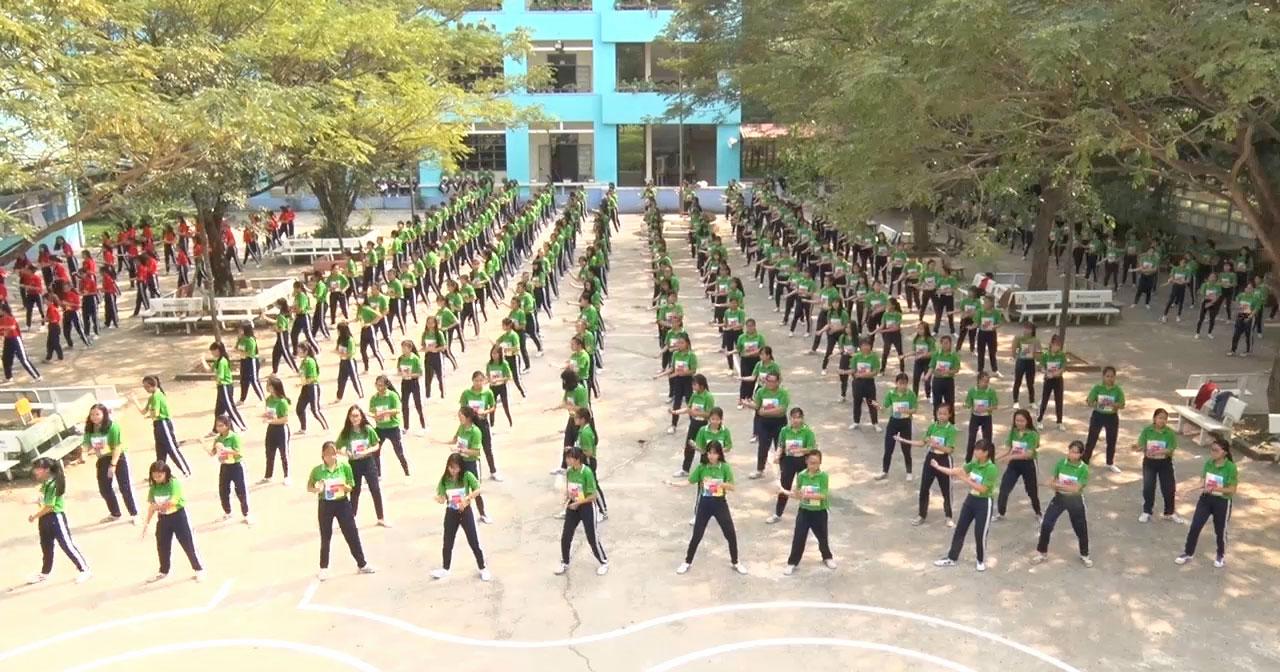 Các học sinh tham gia tập thể dục giữa giờ
