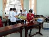 Khám bệnh, cấp thuốc miễn phí và tặng quà cho dân nghèo Bình Hòa Trung
