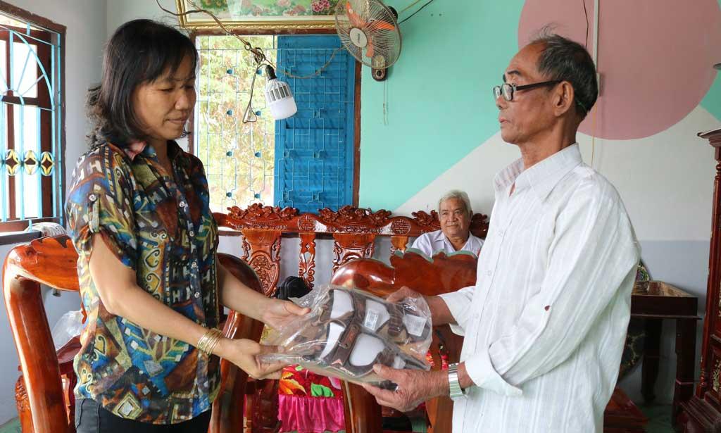 Nhân viên y tế hỗ trợ giày nhằm giảm tối thiểu tàn tật cho bệnh nhân