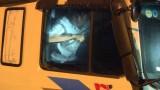 """Vĩnh Long: Tông thẳng vào công an, 2 """"ma men"""" cầm xà beng cố thủ trong xe tải"""