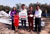 Tân Thạnh: Trao tiền hỗ trợ nạn nhân cháy nhà