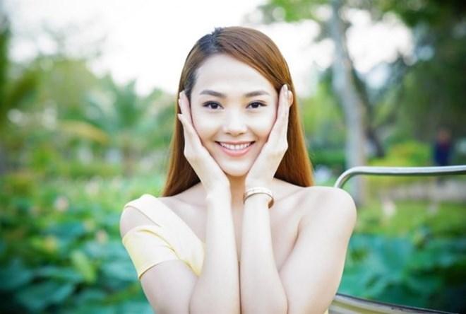 Áp tay lên má là phương pháp kiểm tra độ ẩm da đơn giản, được nhiều người áp dụng hiện nay