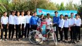 Huyện đoàn Cần Giuộc tặng xe đạp cho học sinh bị hỏa hoạn