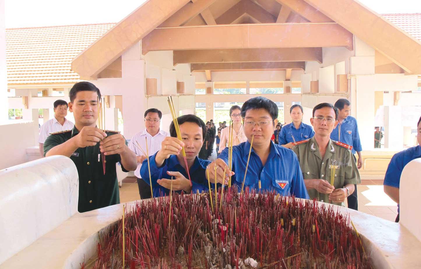Đoàn viên, thanh niên thắp hương tưởng niệm tại Khu di tích lịch sử Cách mạng tỉnh
